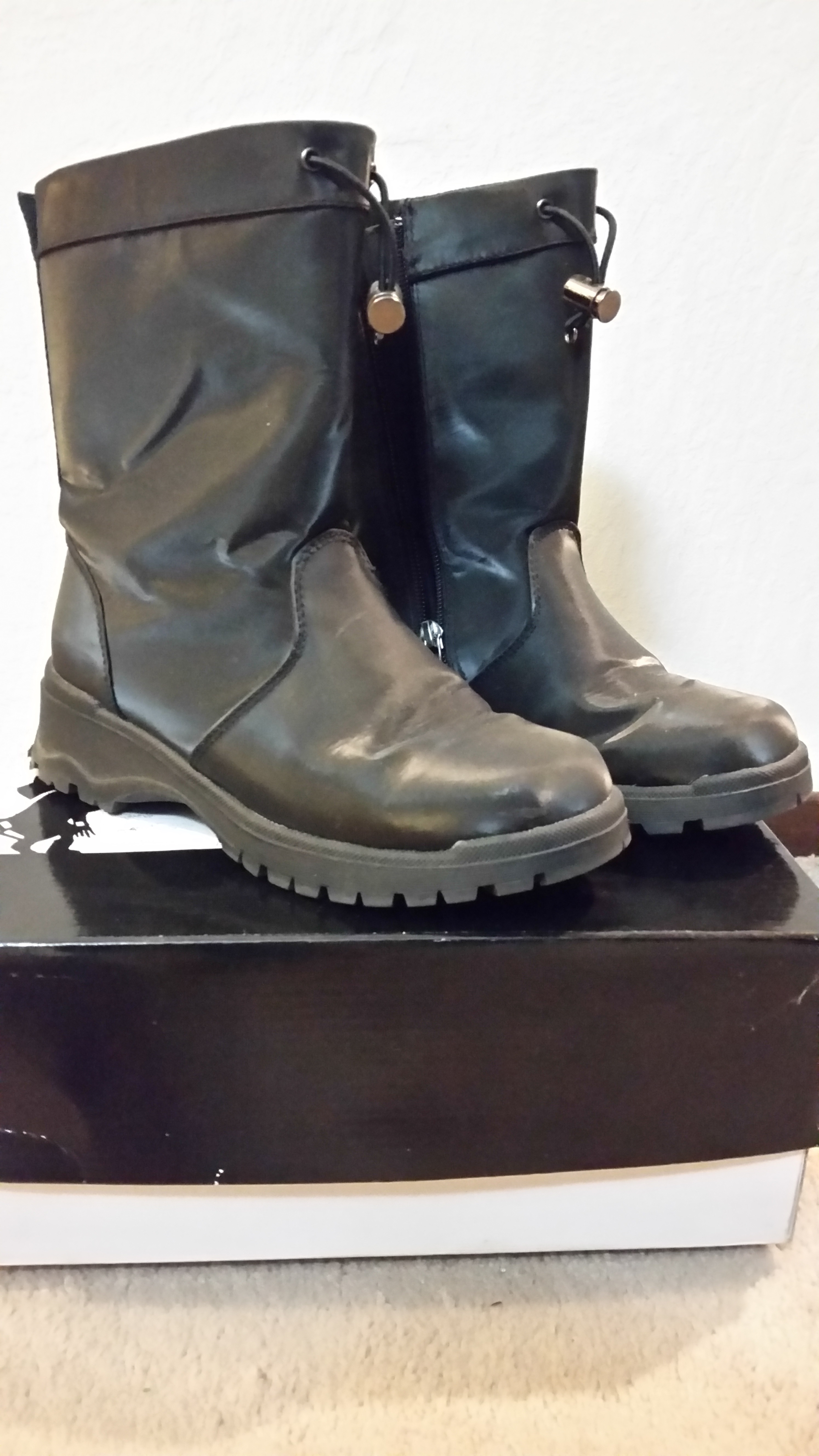 Like New Womens 2017 Khombu  Brown Winter Boots Size 6
